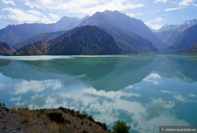 Сказочный Искандеркуль в утренние часы. Заметили? Совсем другой цвет воды. С трудом верится, что есть в этих горах еще более красивые Алаудинские озера.
