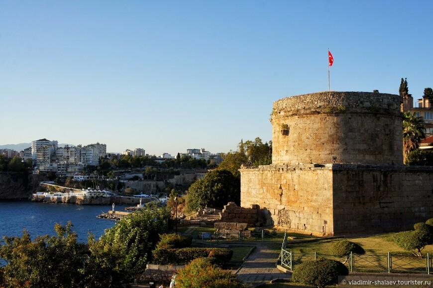 Башня Хыдырлык. Башня, возведенная в южной части бухты Антальи, вероятно, играла роль маяка или выполняла оборонительные функции.