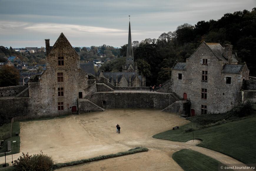 Один раз сопровождал туристов из Москвы в Мон Сен Мишель. Я решил показать им по пути маленький городок Дол-де-Бретань. Он произвел на них сильное впечатление, Мон-Сен-Мишель не оправдал их ожиданий и потом они назвали его Дисней-Лэндом. Маленькое лирическое отступление, На фото крепость Фужер 11 века в получасе езды от Мон-Сен-Мишеля.