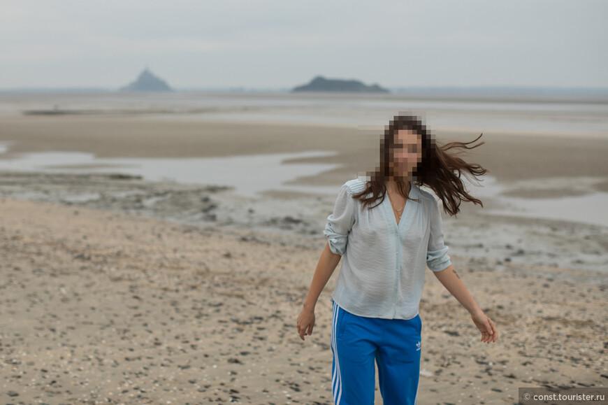 вид на Мон-Сен-Мишель со всем с другой стороны. Песчаные дюны и пешеходный маршрут паломников по песку залива к монастырю - это как раз здесь. Вокруг ни души.