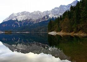 Глубина озера достигает 35 метров.
