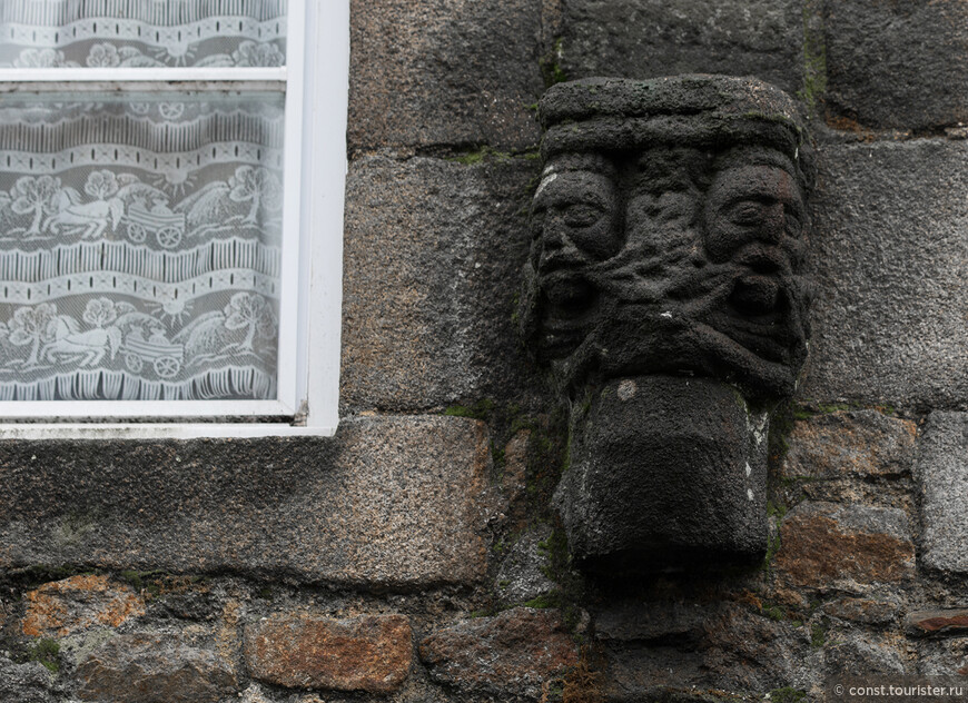 Деталь фасада традиционного бретонского дома в Комбуре.