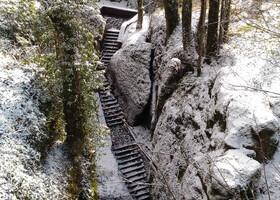 К сожалению, в зимний период многие тропы вокруг монастыря закрыты в целях безопасности