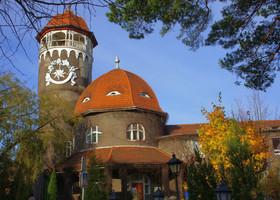 Таки хочется воскликнуть, что за прелесть эта башня. Особенно в солнечный ноябрьский день. В 1978 скульптор -монументалист Николай Фролов, дополнил башню солнечными часами . На башне есть обзорная площадка, при нас она не работала.