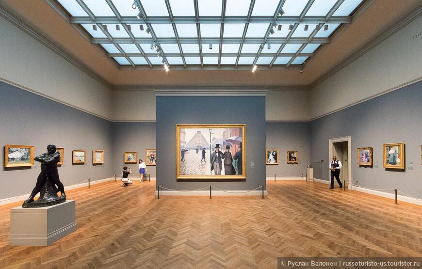 На первом этаже находится коллекция импрессионистов и постимпрессионистов. В центре - Rue de Paris; temps de pluie (Gustave Caillebotte, 1877)