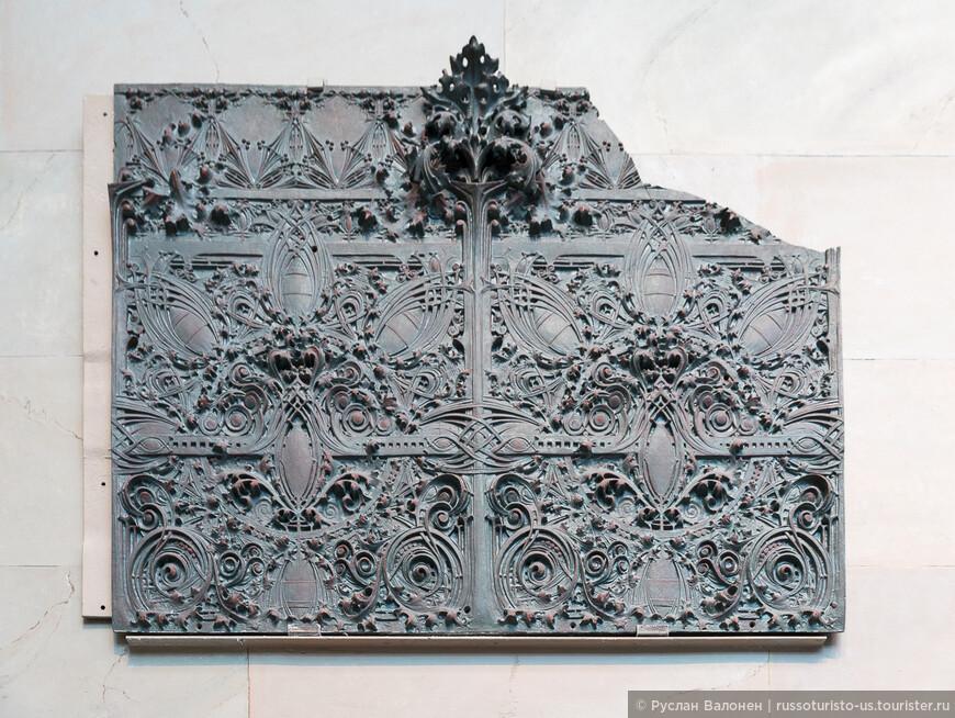 Значительную часть первого этажа занимают фрагменты разрушенных зданий. Декоративная панель работы Луиса Салливана, 1898-1899 гг.
