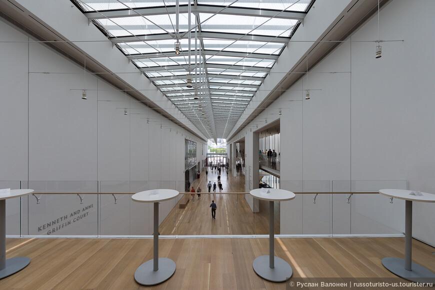 Переход в крыло современного искусства. Архитектор - Renzo Piano. Новое здание было открыто в 2009 г.  На этом же этаже находится Caffe Moderno, которого следует избегать как чумы.