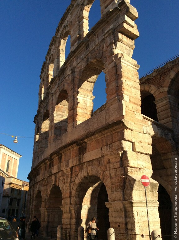 Всемирно известный амфитеатр Арена в Вероне . Римская империя перестала существовать в 5 веке, а его постройки еще живут.