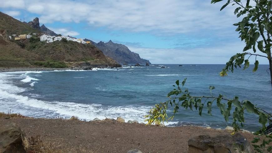 Пляжи разнообразны, каждый из них прекрасен по-своему. Что касается купания, то местные воды вполне безопасны для туристов. Здесь нет ядовитых жалящих рыб и медуз. Самое опасное существо для пляжников – это морской еж, их довольно много у берега на каменистых пляжах, и можно наступить ненароком. На песчаных пляжах в курортной зоне вообще нет никакой живности, что подходит родителям с маленькими детьми.
