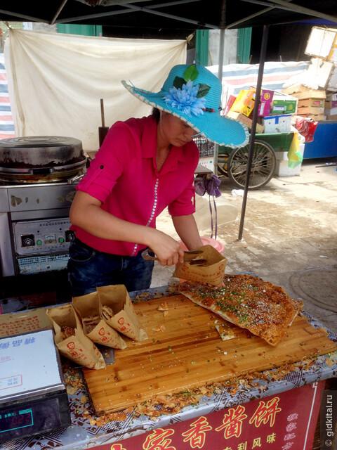 в районе первого рынка можно отведать национальный соевый блин народности Tujia.