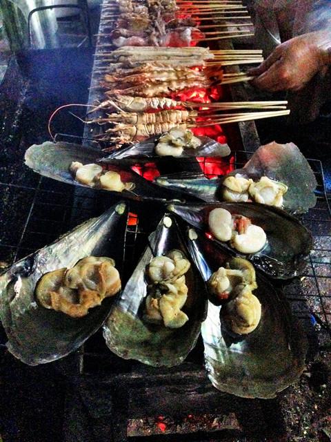 гребешки, креветки, рыба, кальмары, ребрышки... наш ужин шикарен