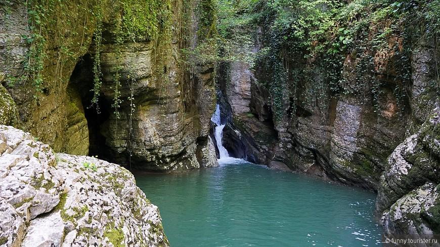 Агурский каньон расположен по левую сторону от тропинки, в глубине просматривается живописный водоскат в 3 м, низвергающийся в «Чёртову купель» — так называют небольшое озеро, образованное рекой. В правом борту реки Агура расположена пещера, которую называют «Чёртова нора».