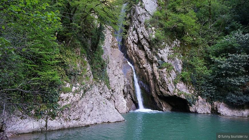 Поднимается вверх по склону, далее идет на понижение, и выводит к Нижнему Агурскому водопаду — первого из трех больших водопадов на реке Агура. Это наиболее интересный водопад на реке. Он представляет собой два каскада: нижний высотой 18 м и верхний — 12 м. Под ним широкий и глубокий бассейн голубой воды. От каньона Чёртова нора до Нижнего водопада ориентировочно 1,5 км.
