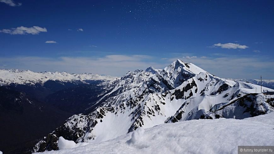Роза Пик находится на высоте 2320 метров, это верхняя точка хребта Аибга, куда поднимается канатная дорога