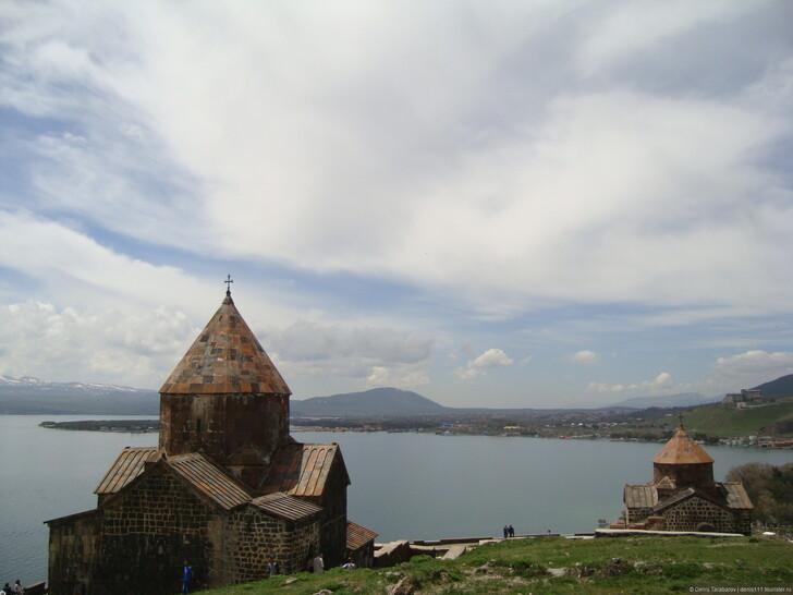 Озеро Севан и монастырь Севанаванк © Denis Tarabarov