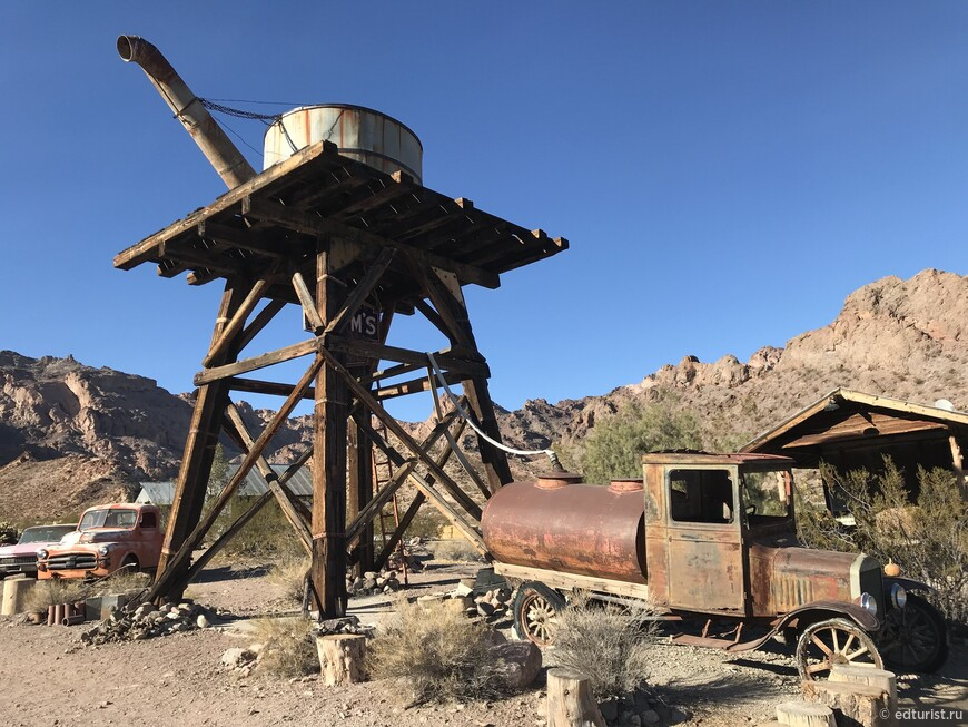Голливуд снял здесь десятки фильмов и видео-клипов, используя свалку простреленных машин гангстеров Лас Вегаса 1930 х годов, военных самолетов, горнодобывающего оборудования и сохранившиеся постройки эпохи золотой лихорадки