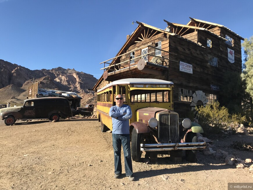 Свалка машин и сохранившиеся постройки эпохи золотой лихорадки
