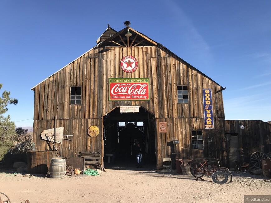 И на всех зданиях обязательно надпись Coca-Cola