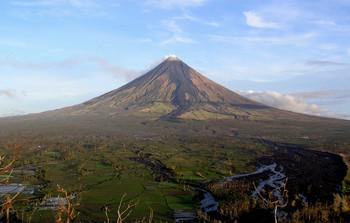На Филиппинах извергается вулкан Майон