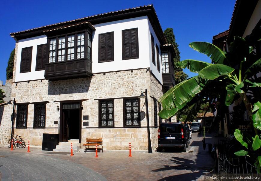 Какое-то время назад весь Старый город был отреставрирован и превращен в туристический центр Анталии.