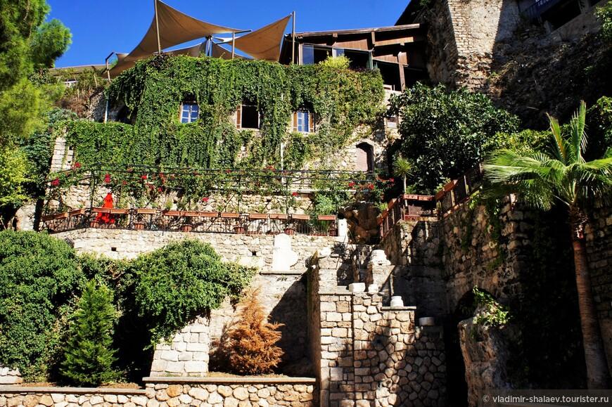 Некоторые участки крепостной стены отреставрированы. В неё вписаны кафешки и гостиницы.