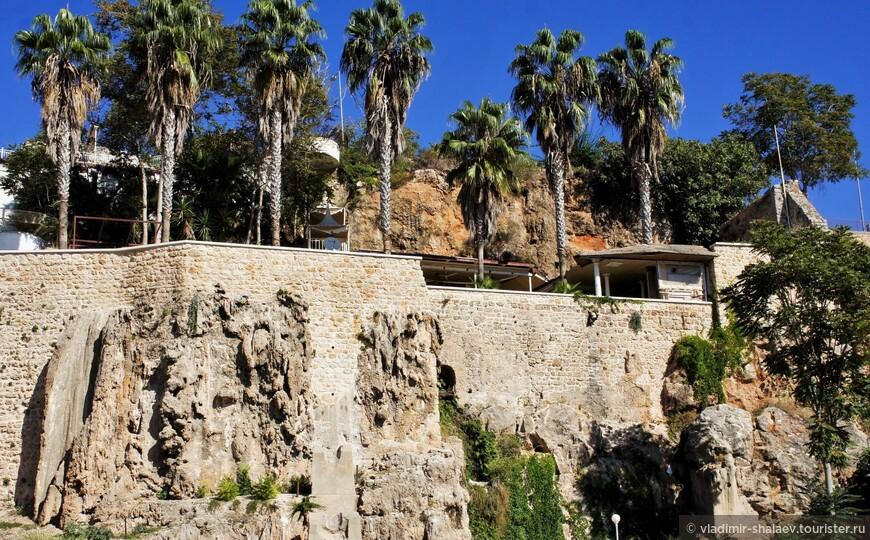 Часть древней крепостной стены.