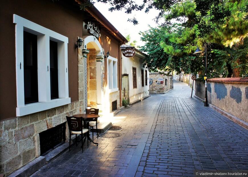 Здесь много кафе и небольших ресторанчиков.