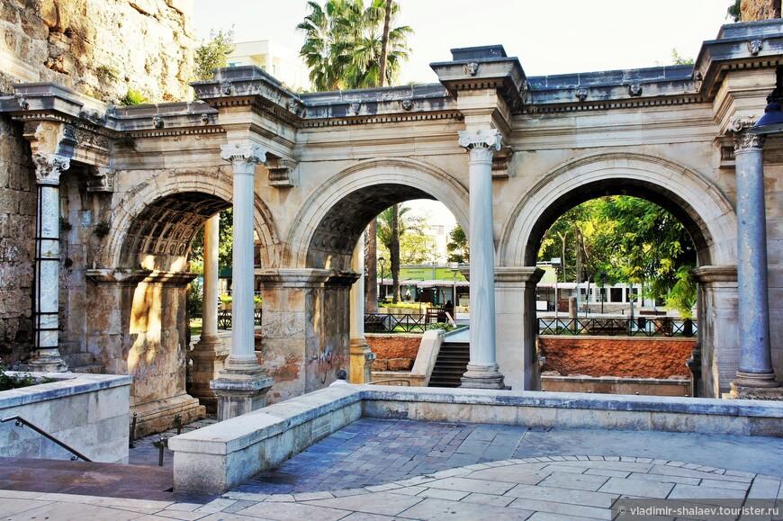 «Старый город» имеет несколько входов. Пожалуй, самый красивый — это знаменитые ворота Адриана, которые сами по себе являются одной из главных достопримечательностей Анталии.
