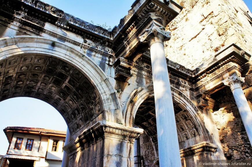 Они были построены ещё в римскую эпоху в честь приезда в город императора Адриана.