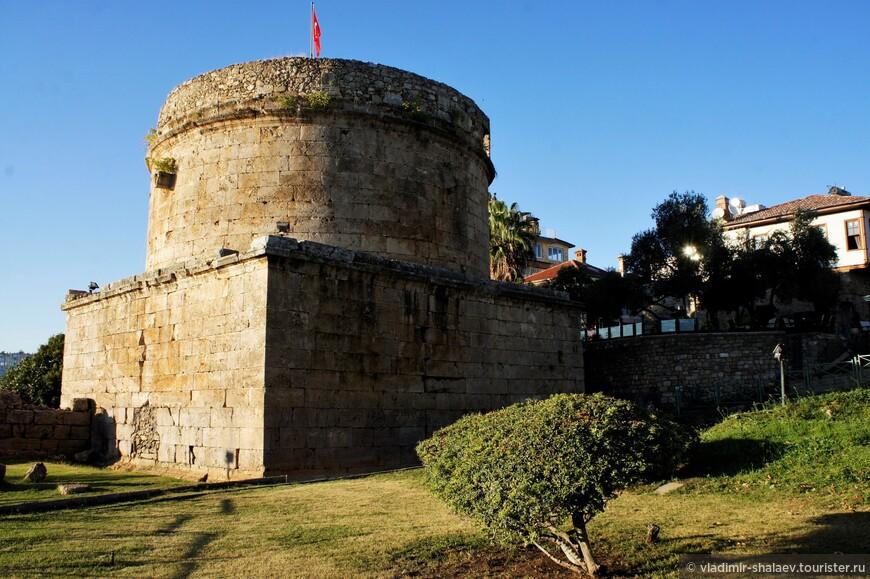 Башня Хыдырлык. Эта башня, возведённая во II веке, вероятно, играла роль маяка, а также выполняла оборонительные функции.