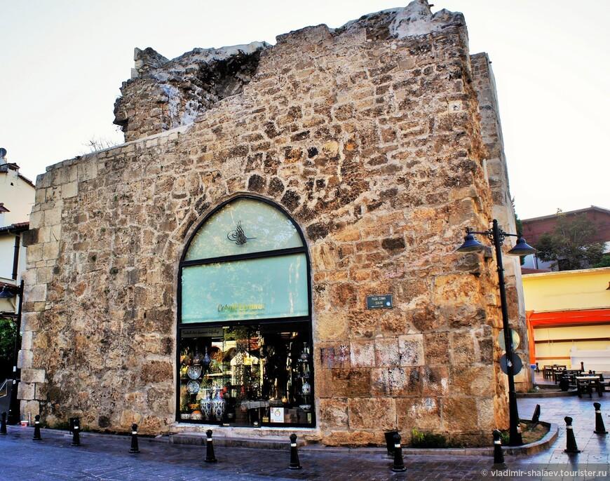 Часть крепостных ворот, в которых разместился сувенирный магазин.