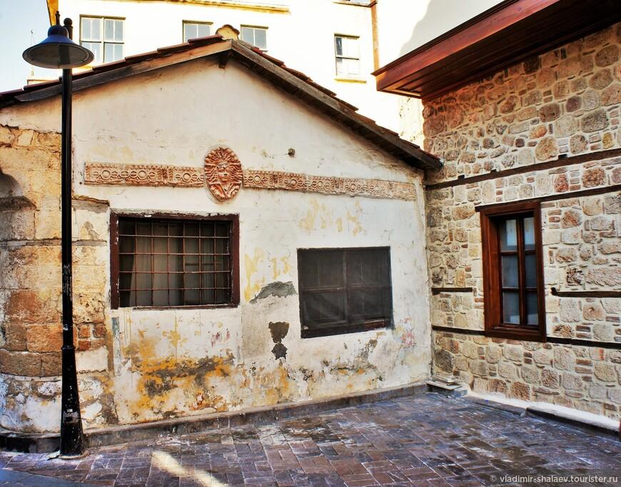 В этом симпатичном старинном домике разместилась мастерская по пошиву и ремонту одежды.