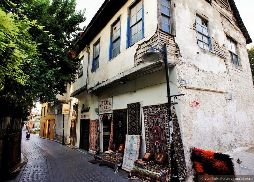 Во многих домах на первых этажах разместились магазины, где можно приобрести всё, начиная от мелочи и кончая коврами.