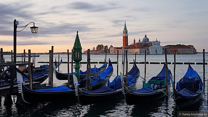 Остров этот - один из самых маленьких в лагуне, всего 0,099 км². Он был заселен еще со времен Римской империи и долгое время назывался кипарисовым, т.к. был покрыт кипарисами и виноградниками. В 982 году бенедиктинский монах Джованни Морозини с разрешения дожа Венеции основал на острове монастырь, который несколько раз разрушался, в том числе и от землетрясения (в 1223 году). В 1566 году было начато возведение великолепного здания с классическим белоснежным фасадом - церкви Сан-Джорджо Маджоре по проекту великого итальянского архитектора Андреа Палладио (1508-1580). Окончено строительство было в 1610 году. После смерти мастера храм достраивал его ученик Винченцо Скамоцци.
