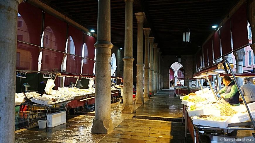 Большой рыбный рынок в Венеции, под названием La Pescheria, уже несколько столетий находится на берегу Гранд-канала, совсем рядом со знаменитым произведением архитектурного искусства – мостом Риальто и остановкой вапоретто Rialto Mercato.  Рынок готов принять покупателей со вторника до субботы включительно, начиная с 7 утра и всего лишь до полудня. Рынок на этом месте находится еще с XIV века, а само здание построили в начале XX века в 1907 году, отталкиваясь от рисунков талантливого художника Чезаре Лауренти.