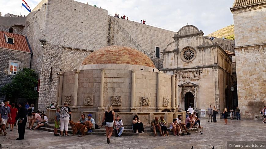 Созданный между 1438 и 1444 годами Большой Фонтан Онофрио является известной достопримечательностью Дубровника, а также самым известным из многих исторических памятников города. Расположенная неподалеку от ворот Пиле знаменательная структура сегодня несколько меньше, чем была когда-то. Причиной тому злосчастное землетрясение 1667 года. Большой фонтан является важной частью исходной системы водоснабжения города (также разработанной Онофрио де Кава), которая транспортировала воду от реки Дубровачка. Фонтан стоит перед церковью Св. Спасителя, созданной в начале 16-го века.