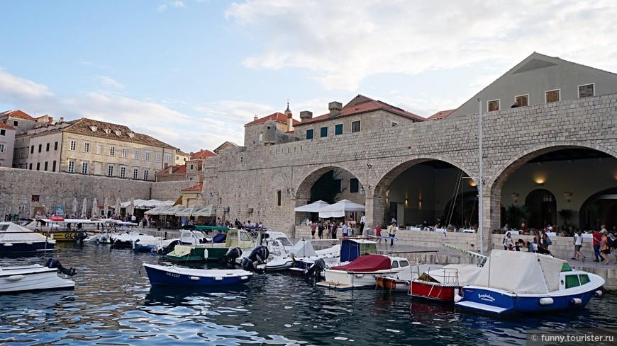Старый порт - ровесник самого города, это наиболее старинное место во всём Дубровнике. Раньше тут велась бойкая торговля и снаряжались суда, сейчас гавань забита прогулочными яхтами и блестящими катерами, здесь организуются морские экскурсии на острова.