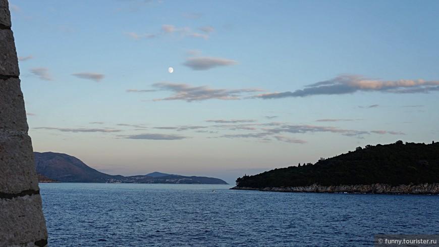 Справа остров Локрум