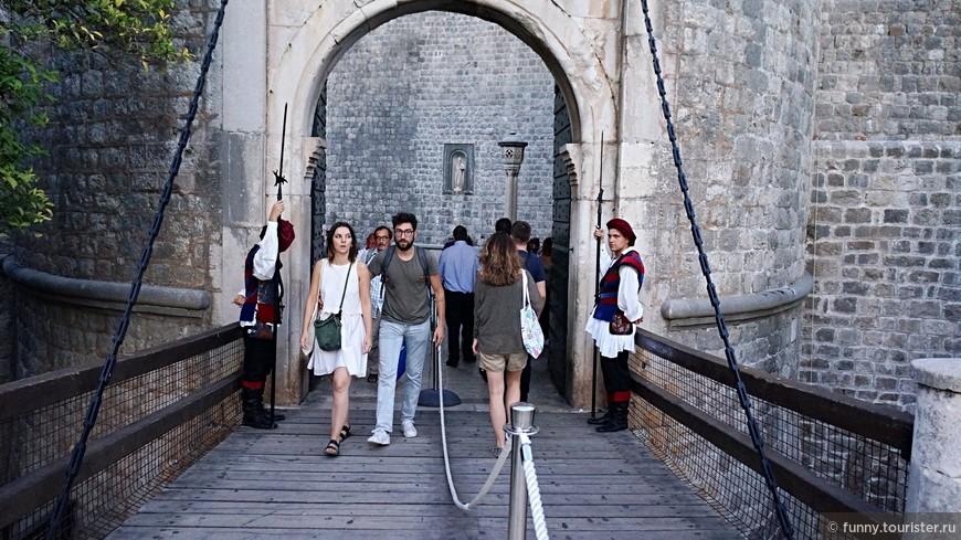 Городские ворота Пиле - это старинные каменные ворота XVI века, расположенные в хорватском городе Дубровник и ведущие в старый город. Вместе с прочими военными укреплениями Дубровника ворота включены в перечень Всемирного культурного наследия, составленный организацией ЮНЕСКО.  Городские ворота Пиле построены очень давно, однако свой современный вид это сооружение приобрело в 1537 году.