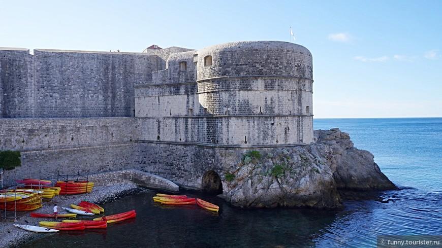 Форт Бокар (или форт Звездан)  – одно из наиболее красивых зданий оборонительной архитектуры города. Форт расположен в юго-западной части городских стен  и является ключевой точкой в защите ворот Пиле, западного укреплённого входа в город.