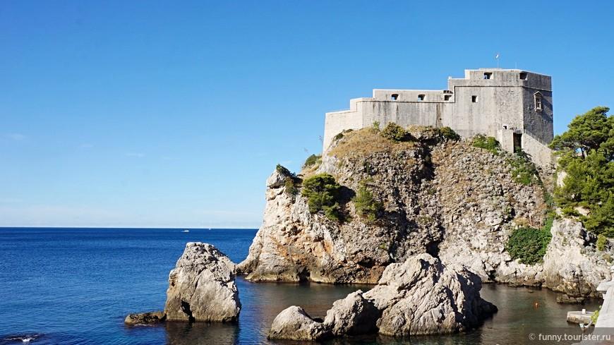 Крепость Ловриенац, она же форт Св. Лаврентия, иногда называют «Дубровницким Гибралтаром». Это укреплённое сооружение и театр, расположенные за пределами восточной городской стены. Крепость стоит на скалистом утёсе на высоте 37 м над уровнем моря. Знаменитая из-за своей роли в сопротивлении местных жителей венецианскому правлению, она прикрывала два пути проникновения в город: с суши и моря.