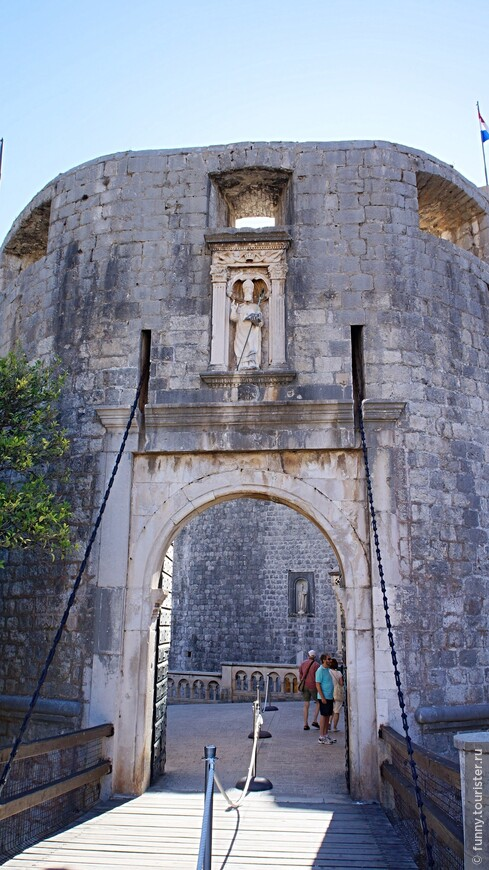 Ворота Пиле украшены статуей святого Влаха, покровителя Дубровника. Эта статуя создана известным скульптором Иваном Метрошевичем и размещается в небольшой нише прямо над входом