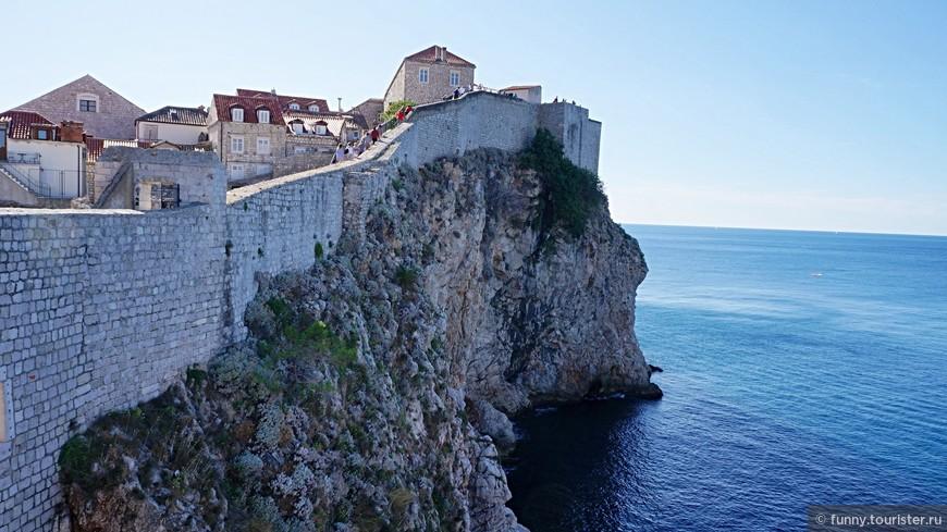 Городские стены - самая известная достопримечательность города Дубровник, в Хорватии. Двухкилометровая крепостная стена с чередой оборонительных укреплений берёт исторический центр Дубровника в кольцо, превращая старый город в подобие военного форта.