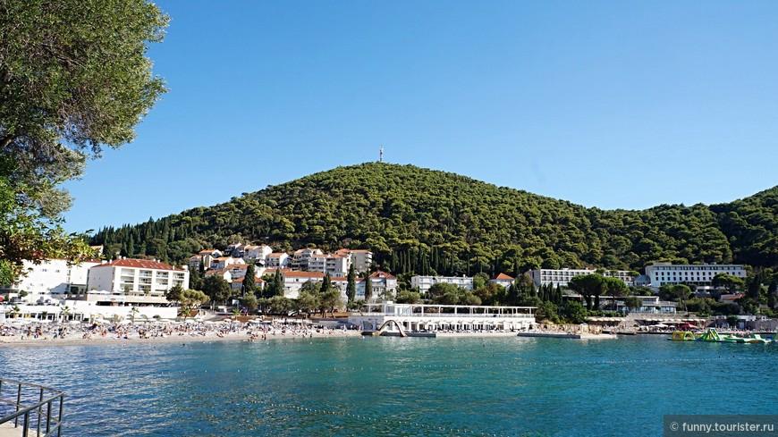 Пляж Лапад располагается на одноименном полуострове – крупном курортном районе Дубровника , за что и получил свое название. Он вытянут вдоль широкой одноименной бухты и является крупнейшим в Дубровнике.