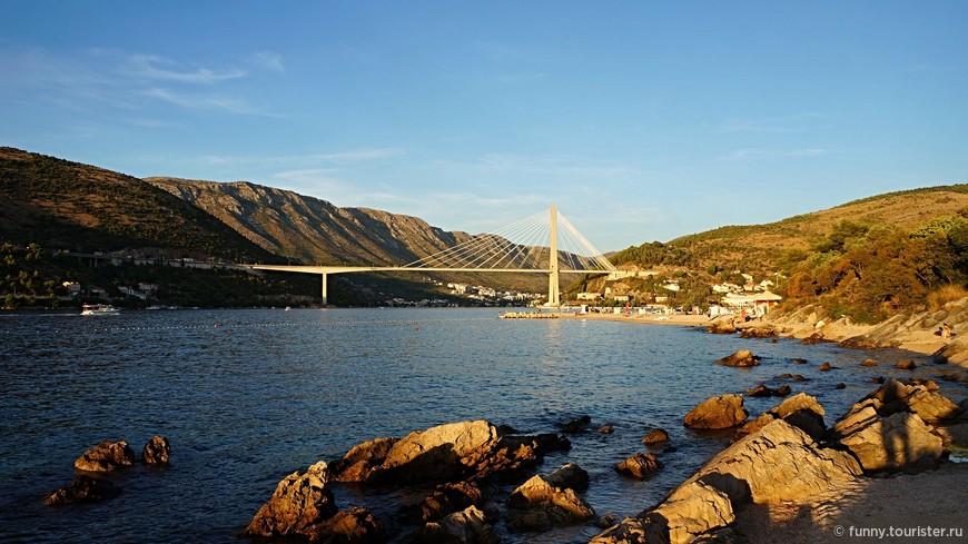 Исполненный в фантастическом стиле мост Франьо Туджмана располагается возле порта Груз и одноименного залива, а также в двух минутах от Старого города. Его проектный план был готов еще в 1989 году, однако официальное открытие данного творения совершилось только в 2002 году.Мост имеет 520-метровую длину и 150 метровую высоту. В связи с этим мост Франьо Туджмана не только архитектурный шедевр и символ города, но также и популярный тренировочный объект для многочисленных любителей банджи-джампинга