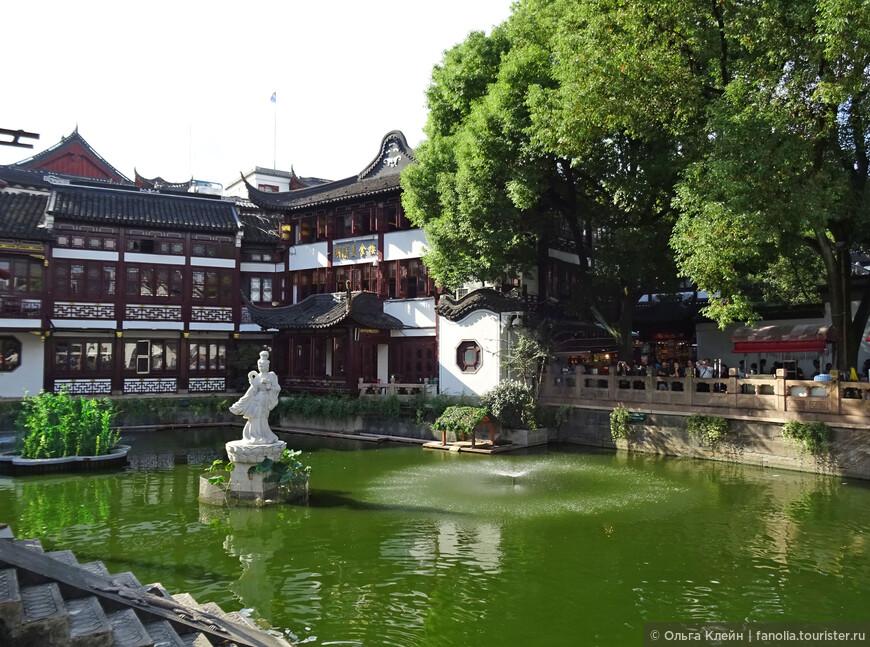 Симпатичный прудик в окружении сувенирных павильонов с архитектурой в стиле старого Шанхая