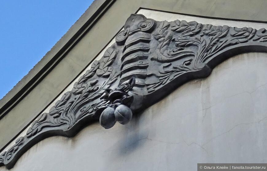 """Летучая мышь с персиками :))) Бянь Фу- летучая мышь опять же означает счастье, удачу.  Её часто изображают с другими символами, чтобы так сказать """"усилить"""" пользу :)   Сянь-тао — персик- плод вечной жизни с дерева, растущего в саду богини бессмертия."""