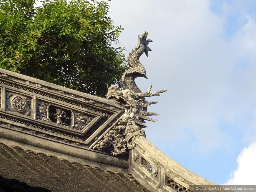 Дракон Чивэнь любит глотать, и поэтому его помещают на концах конька крыши, чтобы он проглатывал все дурные поветрия. Чивэнь - популярный элемент архитектурного декора Китая.