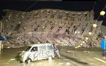 На Тайване рухнуло здание отеля из-за землетрясения
