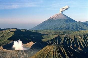 Посольство РФ в Индонезии предупреждает о возможном извержении вулкана Агунг